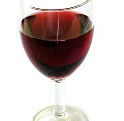 Jak vyčistit skvrny od červeného vína?