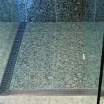 Jak se zbavit zaschlých kapek na dveřích sprchového koutu?