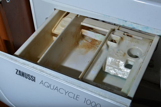 Usazené nečistoty v zásobníku na prací prášek a aviváž