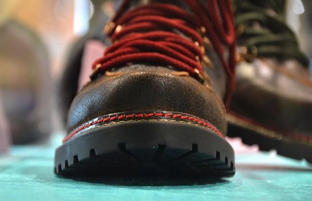 Jak vyčistit gumové šmouhy a rýhy od bot z podlah a plastu?