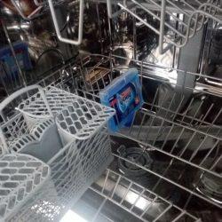 Čistič myčky vložený do spodní přihrádky