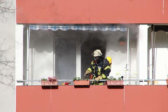 Jak vyčistit popel a zápach kouře z bytu?