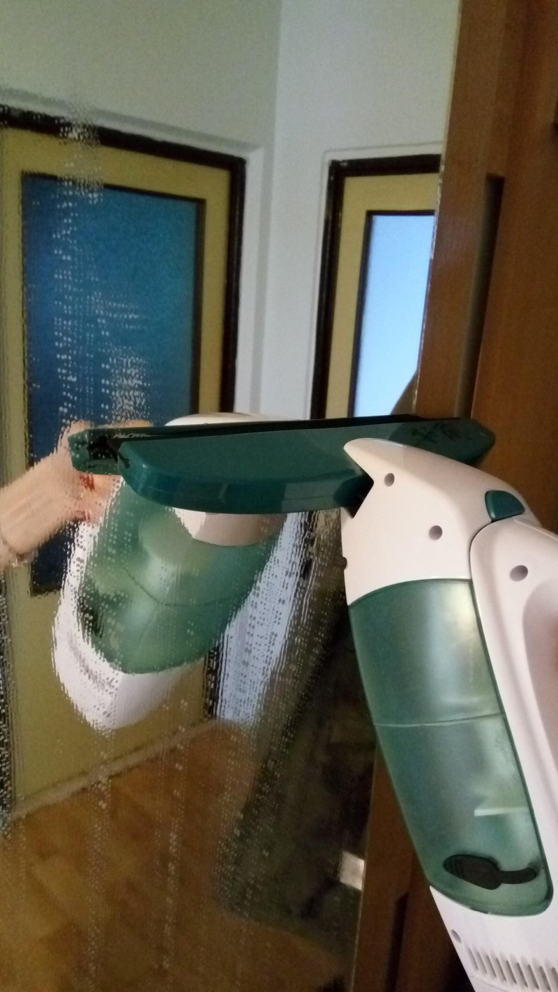 Čištění zrcadla vysavačem na okna Leifheit Window Cleaner51003