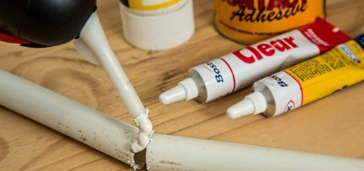 Jak vyčistit a odstranit skvrny od vteřinového lepidla?