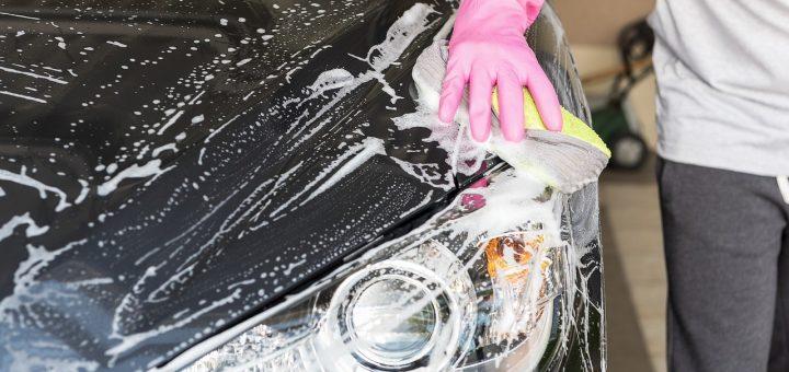 Mytí karosérie auta šamponem