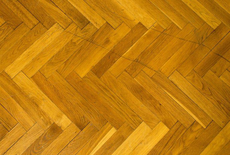 Jak čistit a udržovat dřevěné lakované podlahy?