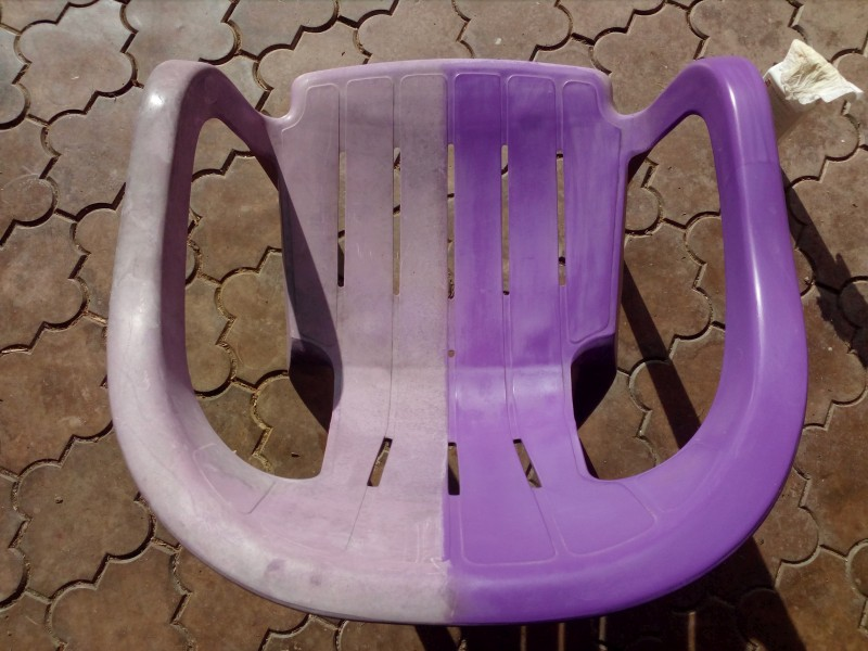 Pravá část židle po ošetření ochranným přípravkem na plasty