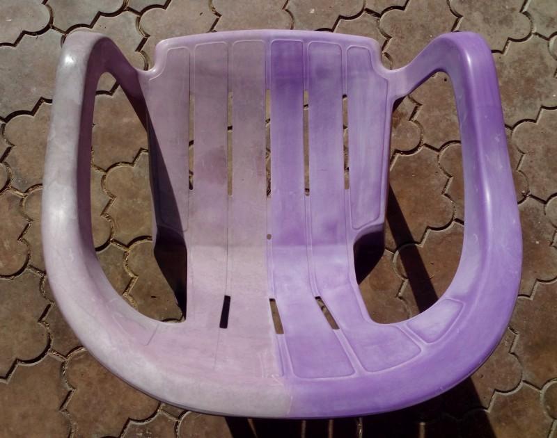 Pravá část židle po vyčištění, ale ještě před ošetřením plastu