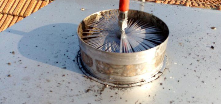 Čištění komínového průduchu z nerezové vložky nerezovým kartáčem na polyamidové tyči