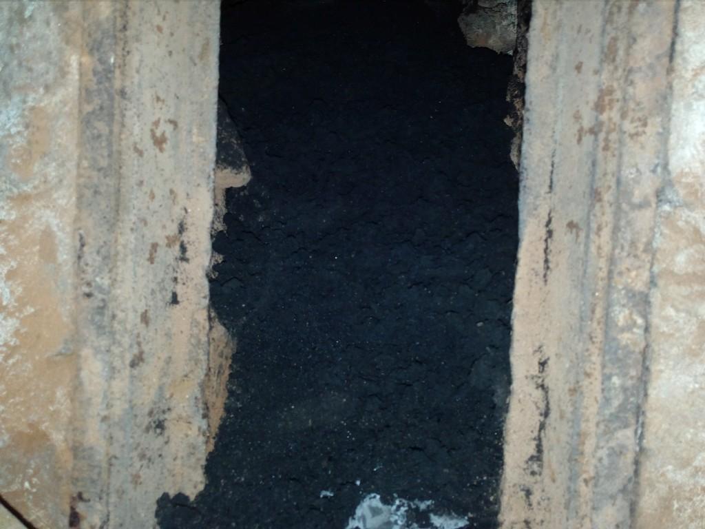 Saze a nečistoty ve vybíracím otvoru po vyčištění průduchu