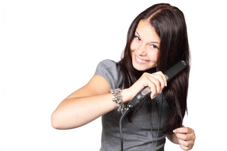 Jak odstranit zaschlé vlasové produkty z žehliček na vlasy a kulem?
