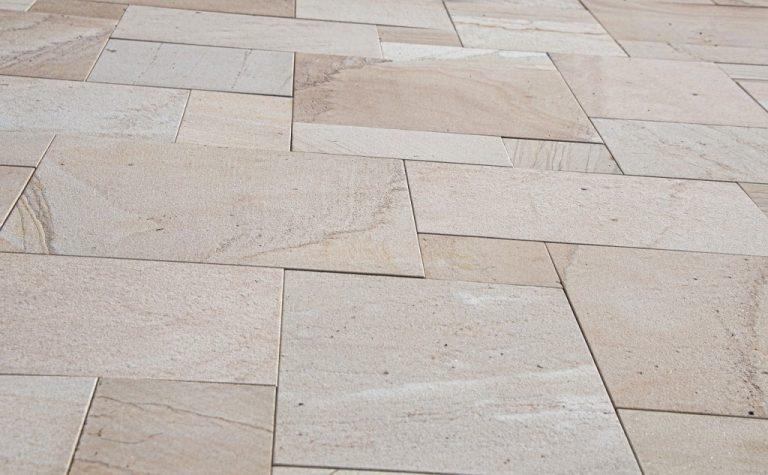 Podlaha z kamenných dlaždic