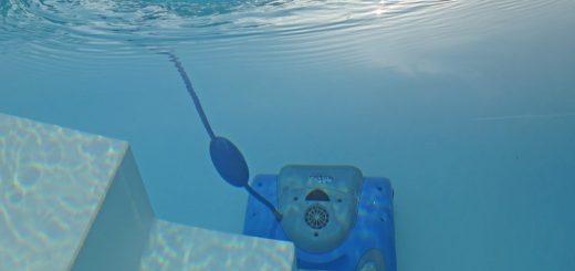 Čištění bazénu pomocí bazénového vysavače