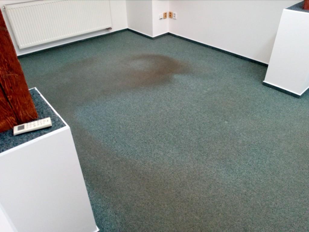 Zátěžový kancelářský koberec s vychozenými cestičkami a vydřeným místem od kancelářského křesla