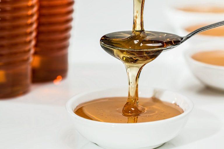 Jak vyčistit skvrnu od medu?