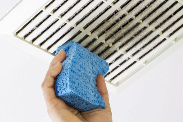 Otřete špinavou mřížku ventilátoru houbičkou