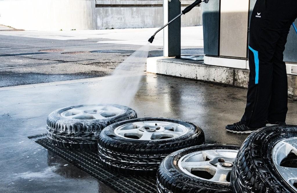 Čištění kol auta vysokotlakým čističem