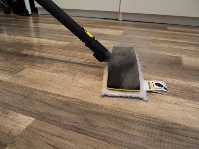 Čištění nástavcem na podlahy