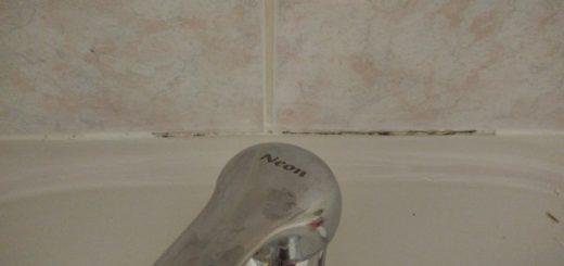 Plíseň na silikonu ve spáře mezi umývadlem a obkladem