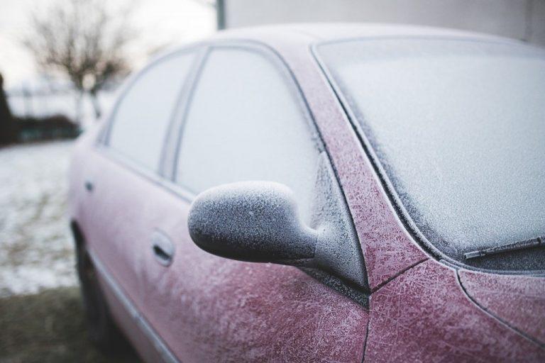 Jak odstranit námrazu z čelního skla auta?